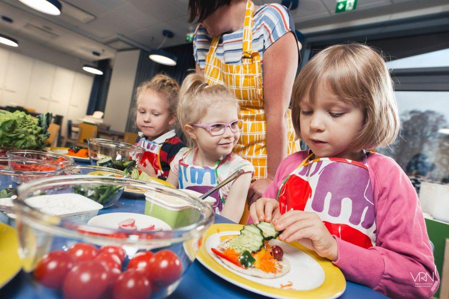 Lapset ruokakasvatuspuuhissa tekemässä itse välipalaleipää.